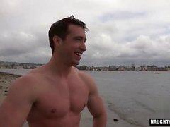 Muscle le sexe anal gay avec du visage