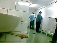 Oudere man laat zich aftrekken en pijpen in openbaar toilet