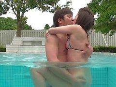 Азиатский подросток крепится в бассейне