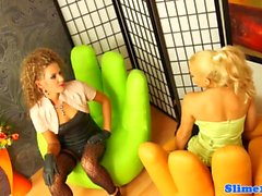 Glamour lesbienne straponfucked et cumcovered