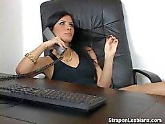 blonde ass mit Strapon von Brünette gefickt