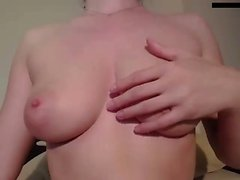 Solo submissive slut kiinnittää hänen tissit