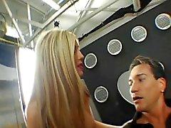 Mujerzuela inglés Micaela hostales obtiene jodida por culo en las botas de