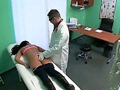 Paciente Brunette conseguir masajeó y acarició