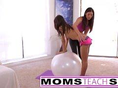 Molto piccolo adolescente si scambia di sperma col suo passo madre