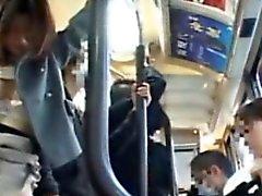 Publicsex asiatique fait doigter dans l'autobus