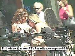 De ashley e Brianna dois borrachos lindos caminhada até uma mesa fora de um Coffee Shop serve