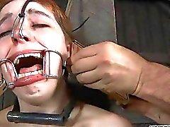 Angebunden -gal empfängt der Zunge und der Gesichts bestraft