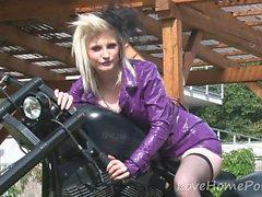 Biker Girl Showws av hennes önskvärda stora bröst