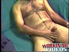 Hairy reifen Amateur Shawn Solo spielt mit seinem Schwanz auf einem Bett