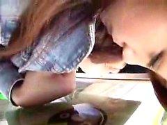 Asian Schlampe zeigt ihre Schwänze Fähigkeiten und nimmt einen Mund