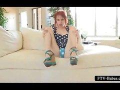 Geiles redhead spreizt die Fickloch auf der Couch
