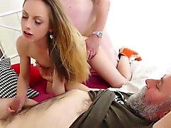 Vai Old Young - prostituta adolescente sexy em trio com caras mais velhos