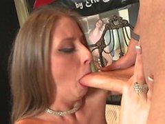 Hot птенца представляет сексуально на кровати и повторите попытку соблазнять ее человеку