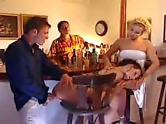 Partouzes dans une barre PDD en salle de bains et de hot brunette baisée dans le cul