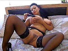 Britse MILF Danica speelt met zichzelf op het bed