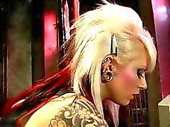 Caliente de ama blonde Lola se va luego a su esclavo e abusa de él
