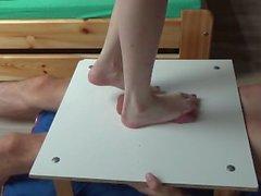 Crueles balón pies desnudos martillo de trituración