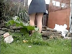 Vakoilu äidin työskentelemään puutarhassa . Hänellä saa käytettävä alushousut