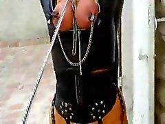 Woman gebunden an Leine