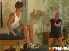 Genç eşcinsel Dante Lucas bağladı olurken işkence bekliyor
