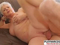Naughty Mom Jewel donne une branlette bien Touching Friend's Son