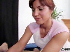 mamma steffi seduce un ragazzo giovane per scopare con il massaggio