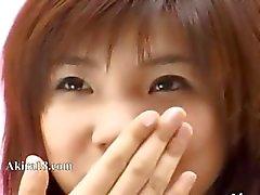 prachtige Japanse meisje plagen zichzelf