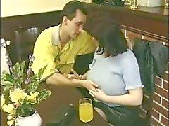 A mãe pechugóa nova com o cabelo que bichano fodas de Garoto