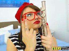 Geiler Kerl lehrt Teen, wie man die Flöte mit seinem Schwanz spielt