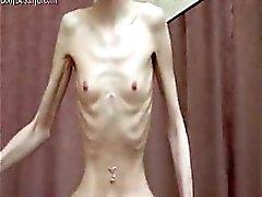 Kinky тощие костистый детка с нервной позы