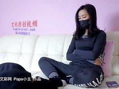 asiático con los pies sudorosos-pie después de gimnasia