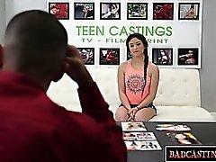 Сладкий брюнетка подросток показывает ее корпус