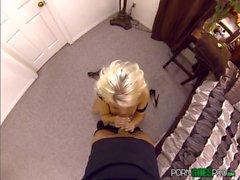 Britney Amber folla y chupa una enorme polla en estilo POV