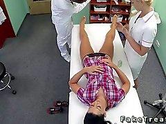 Infermiere e il medico scopano pazienti
