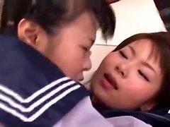 Японский подросток в школьной форме засунула в ее волосатой пизде