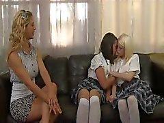 Duas loiras e uma morena mostra muito amor lésbico entre si