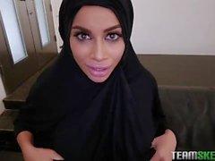 Une Arabe voilée au seins refaits nous montre ses compétences en POV