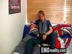 Молодые и treasing эмо подростков в его комнате снятия