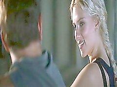 Scarlett Johansson alasti polkenut vedellä , hänen ruumiinsa peitetty