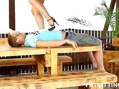 Una muchacha con Facesitting tope de ronda