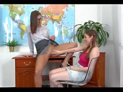 Professor de lésbicas seduz estudante com mijo - ver mais em pissfetishcams