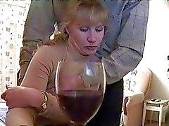Dronken blonde krijgt gevangen op spycam geeft blowjob