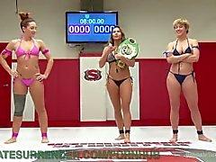 Lesbian lottante Il vincitore dei premi lo umilia del perdente