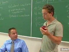 professeur gay Sinful obtient cloué par l'étudiant gay en classe