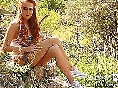 Lucia Anne remsor naken i stenpartiet