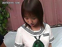 Kiimaiset teini teini aasialainen tyttö osoittaa hänen alusvaatteet upskirt