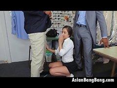 Asiática Mila Jade Succión Dos Dinks Oscuro En Los Limpiadores