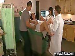 Le Fellation de d'infirmière Anne de Marie pour le calmer