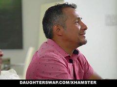 DaughterSwaps - Teen Fucks más viejo papá